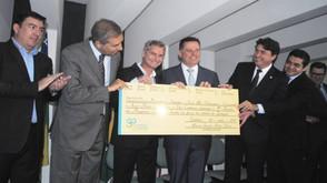 Prefeito Zilomar Oliveira recebe do governador Marconi Perillo a 1ª parcela para asfaltar o Santa Fé
