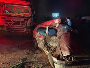 Condutor perde o controle na BR-153 em Jaraguá e colide veículo em caminhão parado