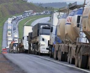 Reajuste do diesel pega caminhoneiros de surpresa e possibilidade de greve ganha força