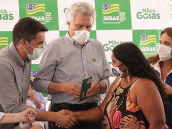 Caiado entrega em Jaraguá cartões do Programa Mães de Goiás para 1.380 chefes de família