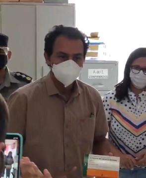 Secretário de Saúde de Jaraguá mostra as primeiras doses da vacina Coronavac
