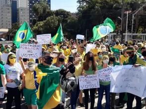 Manifestantes pedem voto impresso e defendem Bolsonaro, em Goiânia