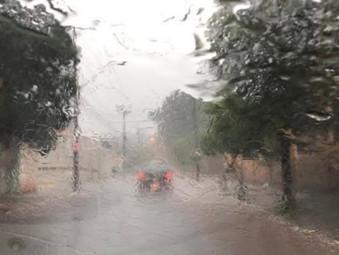 Chuva forte, com granizo e muito vento já é registrada em várias cidades de Goiás