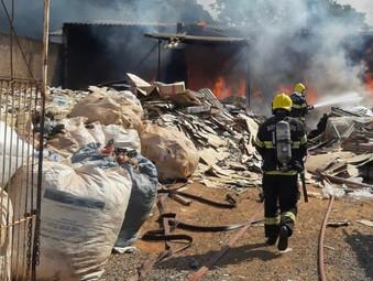 Bombeiros de Jaraguá usam 10 mil litros de água e apagam fogo em depósito de reciclagem
