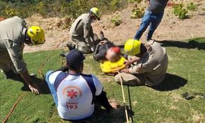 Bombeiros de Jaraguá socorrem piloto de parapente após queda na decolagem na Serra