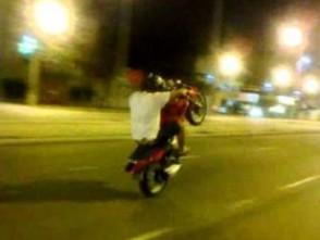 Menores empinando motos são apreendidos em Jaraguá e pais vão responder na justiça