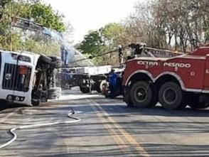 Carreta com álcool tomba em Uruaçu e BR-153 fica interditada por 5 horas