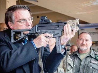 """""""Tem que todo mundo comprar fuzil"""", diz Bolsonaro em conversa com apoiadores"""