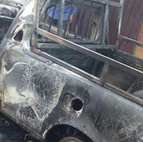 Veículo da Saneago pega fogo, após conduto bater em muro em São Francisco