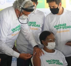 Aposentada de Anápolis de 73 anos é a primeira goiana a ser vacinada