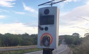 Radar pega fogo na GO-080 em Petrolina durante furto de placa de energia solar