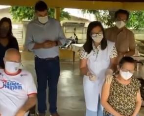 Idoso e técnica em enfermagem são os primeiros jaraguenses a serem imunizados