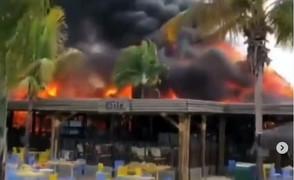 Incêndio de grande proporções atinge o parque aquático Hot Park