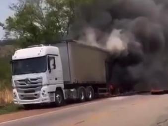 Carreta pega fogo na BR-153 próximo a Interlândia na saída para Jaraguá