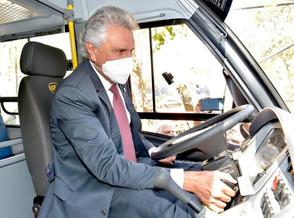 Com recursos de emendas parlamentares Ronaldo Caiado entrega 210 novos ônibus escolares