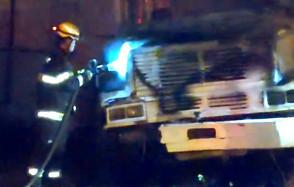 Dois caminhões pegam fogo em Jaraguá e proprietário afirma que foi criminoso