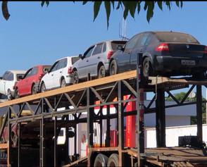 Carros apreendidos são retirados do pátio do DETRAN em Jaraguá