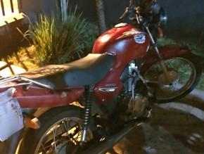 PM de Jaraguá recupera moto furtada. Viatura colide em árvore durante acompanhamento