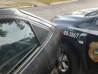 Condutor bêbado bate na viatura da polícia na porta da delegacia de Jaraguá