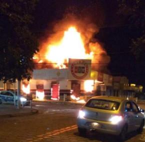 Em Itapuranga incêndio de grande proporção destrói loja agropecuária