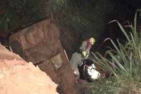 Bombeiros de Goianésia socorrem ocupantes de veículo que capotou em Barro Alto