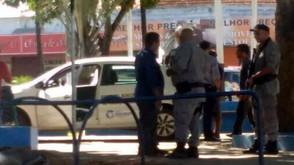PM barra assistente social de Inhumas com andarilhos que seriam deixados em Jaraguá