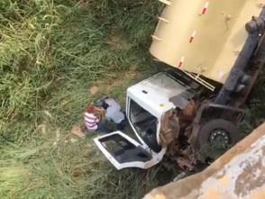 Motorista de caminhão sobrevive à acidente após cair de ponte de 4 metros na BR-153