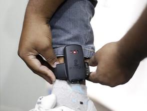 Detento rompe tornozeleira eletrônica e joga na Av. Bernardo Sayão em Jaraguá