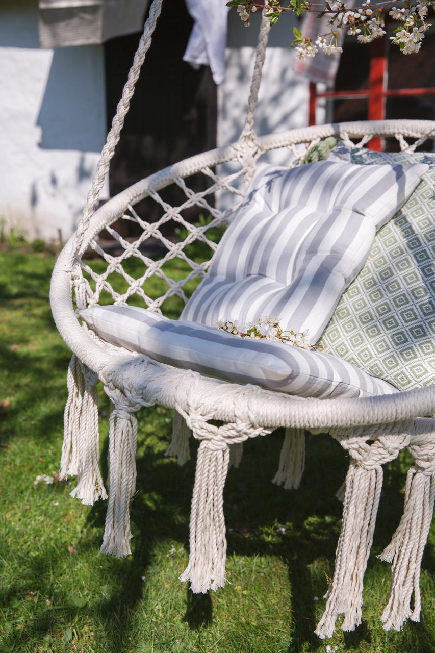 web.17.Hangande stol med tofsar