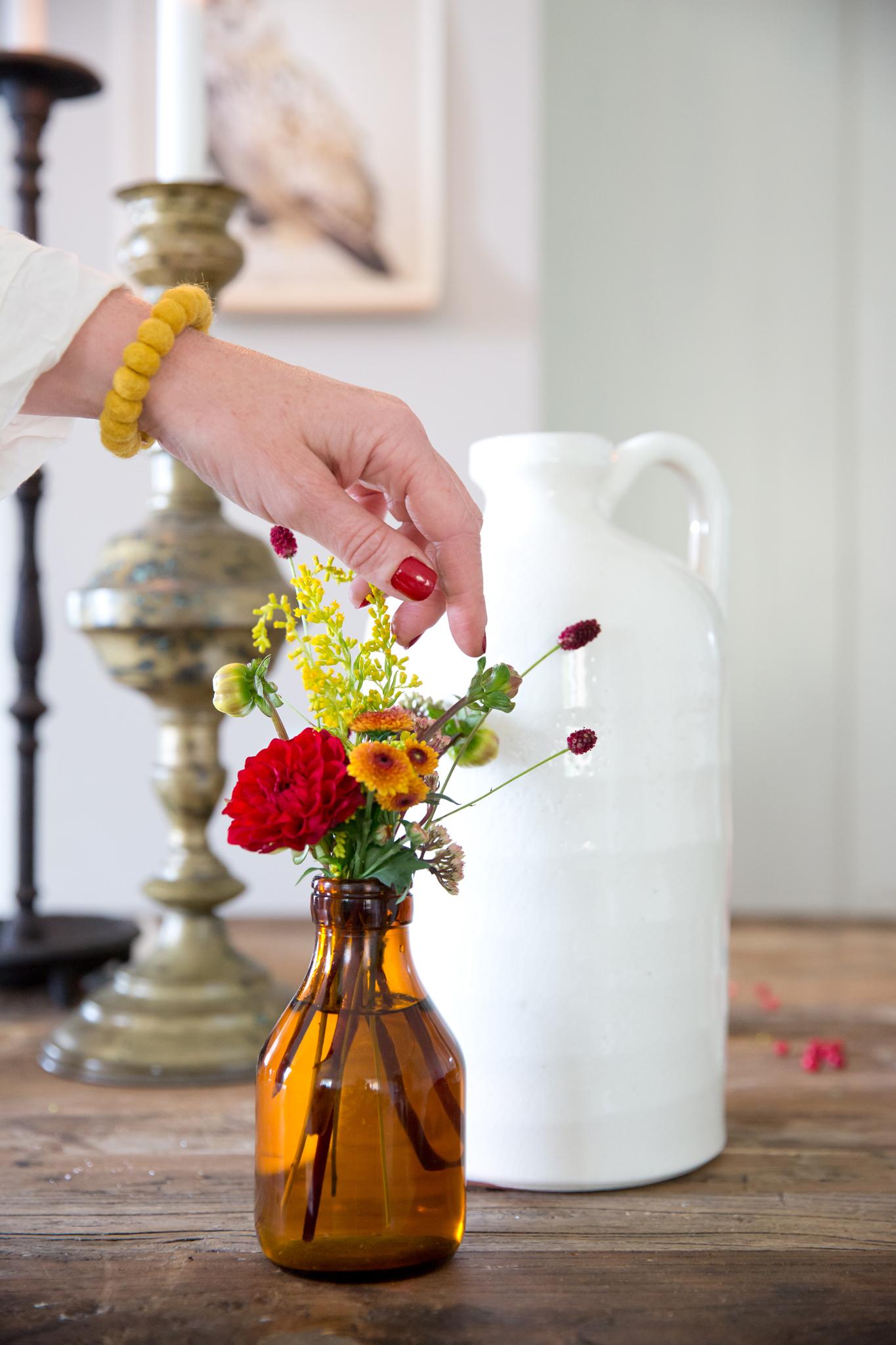 web.09.Blommor.brunt.glas.med.hand