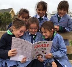 Alumnas leyendo en recreo