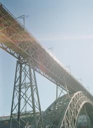Uns constroem pontes, outros distância, 2020