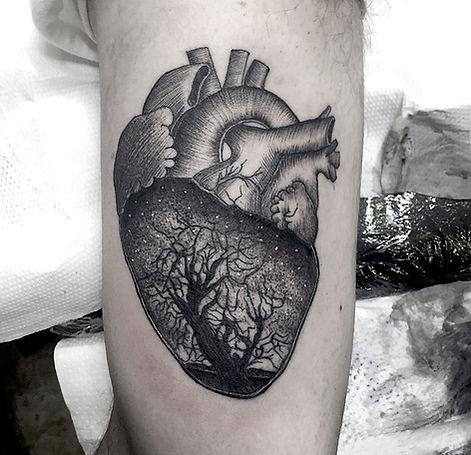 heart tattoo design black and grey realistic dotwork line work alessandro capozzi best tattoo artist in rome- miglior tatuatore roma cuore tatuaggio linee puntini cielo stellato anatomico