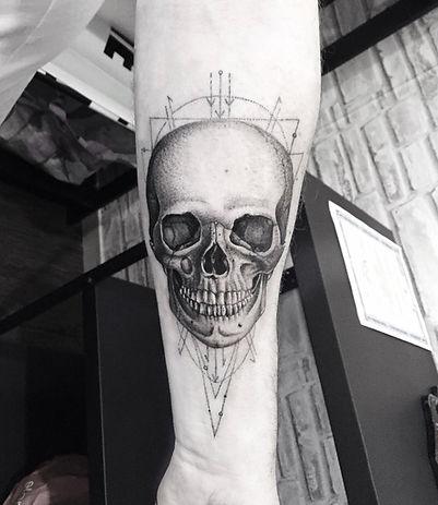 alessandro capozzi miglior tatuatore rome scheletro geometrico realistic puntinato bianco e nero - best tattoo artist rome skull tattoo black and white geometric dotwork linework best tattoo artist in rome