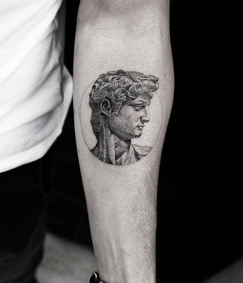 alessandro capozzi Globe geometric dotwork tattoo best tattoo artist in Rome dr woo - Miglior tatuatore roma tatuaggio geometrico mondo realistico earth