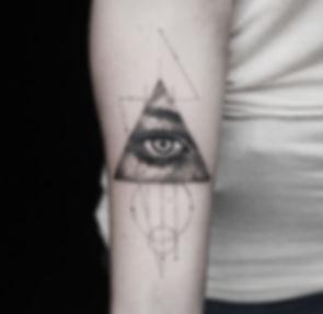 alessandro capozzi cross tattoo single needle realistic tattoo best tattoo artist in rome- miglior tatuatore in roma croce tatuaggio realistico linea sottile