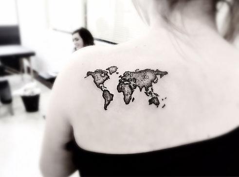 alessandro capozzi Globe tattoo dotwork realistic best tattoo artist rome- Tatuaggio globo realistic puntinato miglior tatuatore roma