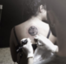 alessandro capozzi miglior tatuatore roma luna realistica tattoo tatuaggio puntinata geometrica bellissima sottile- best tattoo artist rome moon geometric tattoo dotwork amazing fine line