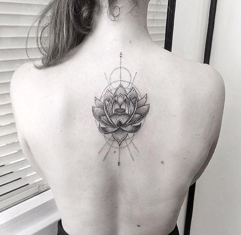 alessandro capozzi lotus flower best tattoo artist rome geometric realistic dotwork miglior tatuatore roma puntinato realistica tatuaggio fiore di loto geometrico