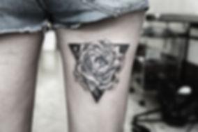 Peony alessandro capozzi geometric tattoo lines dotwork realistic hyperrealism- best tattoo artist miglior tatuatore in roma rome fiore crisantemo tatuaggio realistico geometrico