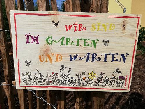 """Holzschild """"Wir sind im Garten und warten"""""""