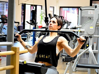 Lady strength training to get benefits for the brain