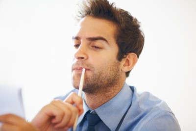 homem lendo dúvida questão ? interrogação não entendeu lápis negócio social