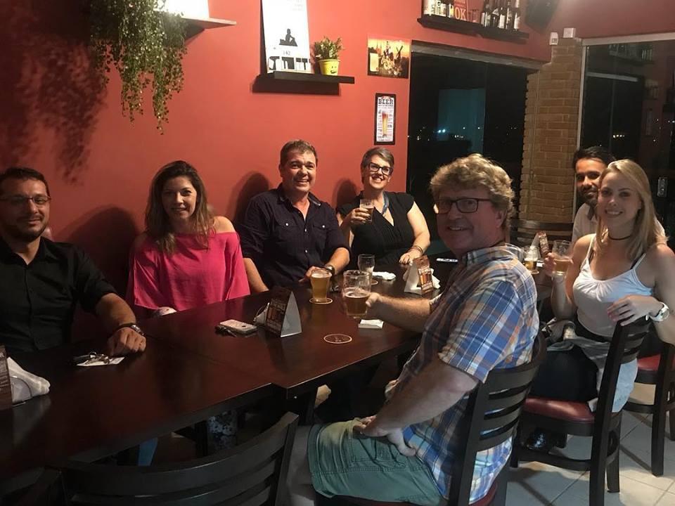 happy hour pessoas bar sorrindo brasileiros americano brewtime beer speaking in english conversation the english teacher aulas particulares de ingles imersao esl