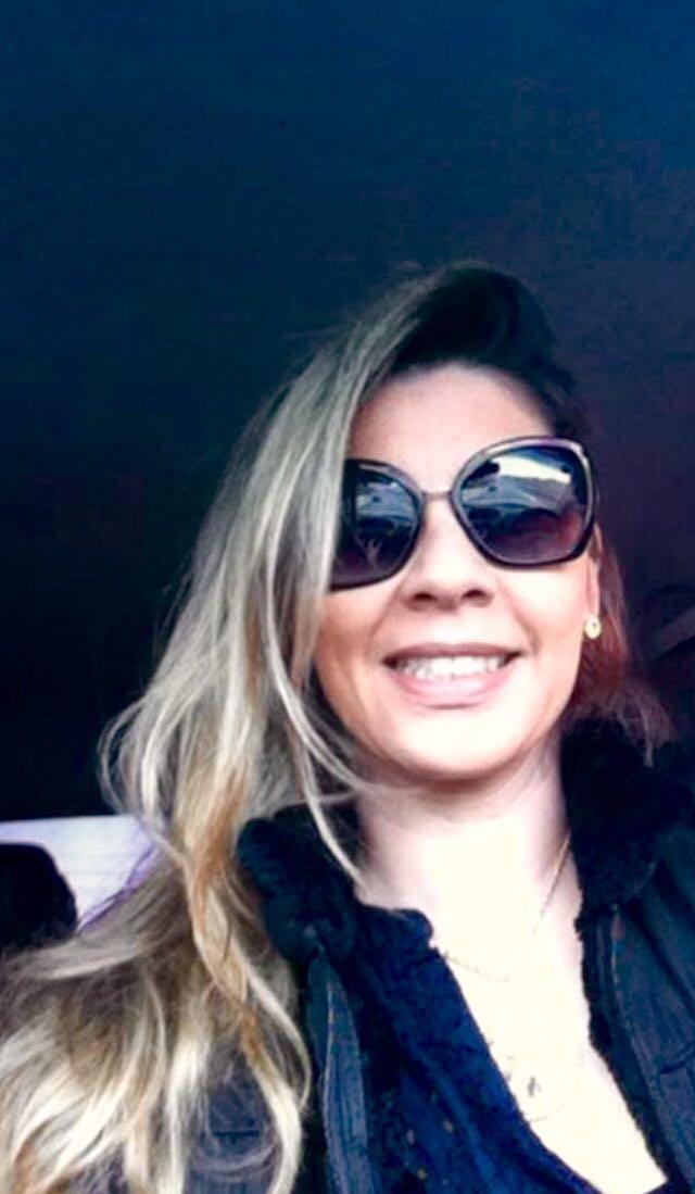professora de inglês english teacher aulas particulares de inglês via skype e presenciais em são josé dos campos mulher sorrindo com óculos de sol loira tet the english teacher