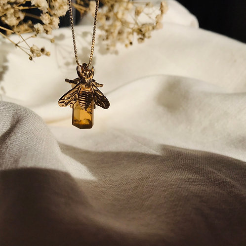 Colar abelha fazendo o mel