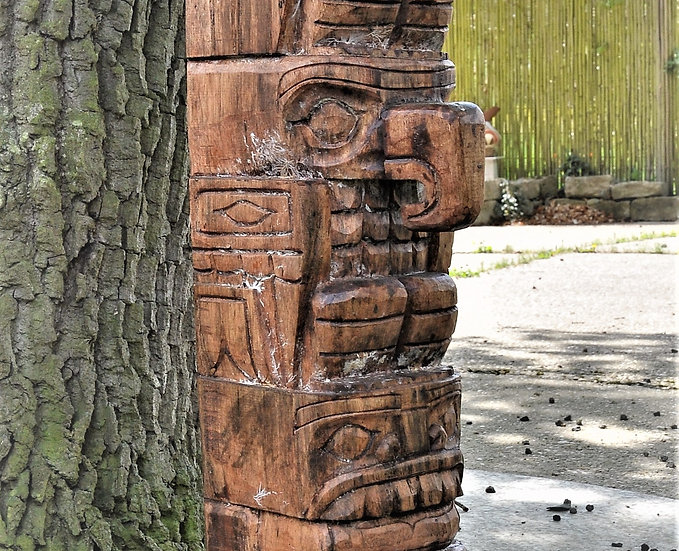 Holzsäule massiv und handgeschnizt