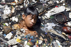 Niño en aguas sucias