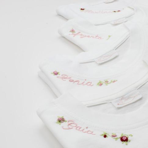 Personalizza le nostre t-shirt con il nome del tuo bambino: scegli tu il colore per il ricamo!