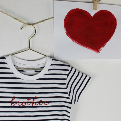 Morbido cotone per le t-shirt a righe bianche e blu con ricamo rosso.. e scegli tu come personalizzarla!